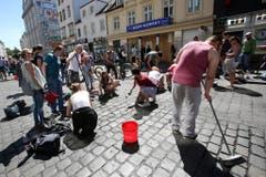Teilnehmer putzen das Schulterblatt im Schanzenviertel in Hamburg. (Bild: Keystone)