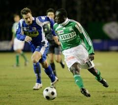 Alex Tachie-Mensah läuft einem Luzerner davon. (Bild: Hanspeter Schiess)