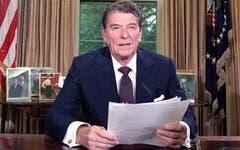 Nach der doppelten Amtszeit von Ronald Reagen (1911 - 2004) mit Vice George Bush, resultierte ein Rekord-Haushalts-Defizit. Der 40. Präsident und ehemalige Schauspieler war ein überzeugter Antikommunist und zeigte sich in der Iran-Contra-Affäre und bei der Invasion in Grenada unzimperlich. (Bild: Keystone)