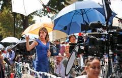 Journalisten und Reporter warteten stundenlang vor dem Spital. (Bild: Keystone)