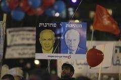 """Das Plakat zeigt das Gesicht Rabins mit der hebräischen Überschrift """"Führerschaft"""" und jenes des aktuellen Premierministers Benjamin Netanjahu mit der Überschrift """"Feigheit"""". (Bild: Keystone)"""