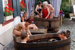 Planschen beim Museumsbesuch: Das Apothekermuseum Basel stellt wegen der Hitze Wasserzuber im Innenhof auf. (Bild: Keystone)