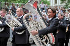 Die Musikgesellschaft Birrwil läuft durch eine von Publikum gesäumte Strasse St.Gallens. (Bild: Hanspeter Schiess)