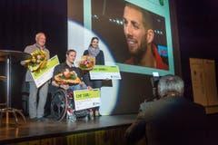 Rollstuhl-Leichtathlet Marcel Hug wurde als zweitbester Einzelsporter des Jahres geehrt. Im Hintergrund Hürdenläufer Kariem Hussein, der als Einzelsportler des Jahres ausgezeichnet wurde, aber nicht persönlich anwesend sein konnte. (Bild: Michel Canonica)