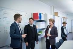 Simonetta Sommaruga im Gespräch mit Bundeshausredaktor Tobias Bär (links) und Lokalredaktor Bruno Eisenhut. (Bild: Ralph Ribi)