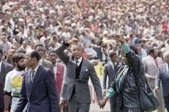Rund 120'000 Menschen bejubeln Nelson Mandela nach dessen Freilassung im Fussballstadion von Soweto. 27 Jahre sass Mandela in Haft, bis er auf Geheiss von Staatschef Frederik de Klerk entlassen wurde. (Bild: Keystone)