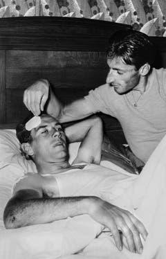 Ferdy Kübler pflegt am 19. Juli 1954 an der Tour de France seinen Teamkollegen Hugo Koblet. (Bild: Keystone)