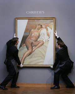 Künstlermuse: Für Maler Lucien Freud posierte Kate Moss schwanger und nackt. Das Bild wurde 2009 für 3,9 Millionen Pfund versteigert. Im Gegenzug verpasste ihr Freud ein Tattoo: zwei Schwalben knapp oberhalb des Pos. (Bild: Keystone)