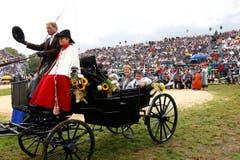 Simonetta Sommaruga verlässt die Arena in einer Kutsche. (Bild: Keystone)