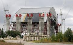 Eine 108 Meter hohe Stahlhülle über dem betroffenen Reaktor soll die Umgebung für die nächsten 100 Jahre vor Strahlung schützen. Der Bau kostet etwa 2,4 Milliarden Franken. (Bild: Keystone)