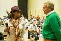 Pepe Lienhard unterhält sich mit einer seiner Sängerinnen. (Bild: Urs Bucher)