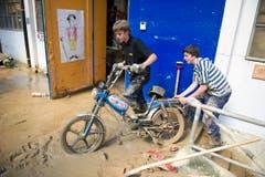 Zwei Jugendliche holen ihre Töffli aus dem Keller der «Unteren Fabrik» in Herisau. (Bild: Michel Canonica)