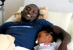 Nach der schweren Verletzung, die letztlich seine Karriere beenden sollte, kriegt Alex Tachie-Mensah im Juli 2007 Trost von Töchterchen Vanessa. (Bild: Keystone)