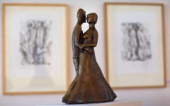 """Auch als Zeichner und bildender Künstler machte sich Günter Grass einen Namen. Hier eine Bronzestatue von Grass mit dem Titel """"Das grosse tanzende Paar"""". (Bild: Keystone)"""