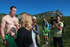 Matthias Sempach bei den Vorbereitungen für das Kalender-Shooting. (Bild: www.dieboesen.ch)