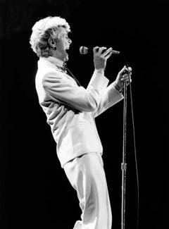 epa05096706 (FILE) A file photograph showing British rock legend David Bowie performing on stage during his World Tour, in Frankfurt am Main, Germany, 20 May 1983. According to reports quoting David Bowie's son and his official Facebook page, Bowie, 69, has died on 10 January 2016 after a battle with cancer. 'David Bowie died peacefully on 11 January 2016 surrounded by his family after a courageous 18 month battle with cancer. While many of you will share in this loss, we ask that you respect the family's privacy during their time of grief,' read a statement posted on the artist's official social media accounts. EPA/JUERGEN DUERRWALD (Bild: Keystone)