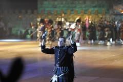 Ein Mitwirkender heizt dem Publikum ein. (Bild: Hanspeter Schiess)