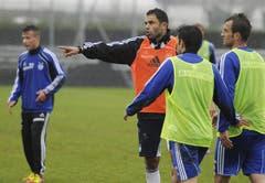 Uli Forte erteilt seinen neuen Spielern Anweisungen. (Bild: Keystone)
