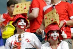Schweizer Fans mit Käse auf dem Kopf. (Bild: Keystone)