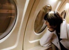 Wohin geht die Reise? Bundesrätin Micheline Calmy-Rey im Januar 2003 auf dem Flug nach Helsinki. (Bild: Keystone)