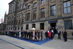 Die Gäste treffen zur Einsetzungsfeier in der Nieuwe Kerk ein. (Bild: Keystone)