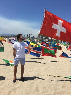 Etienne Ettlinger zeigt am Venice Beach Flagge. (Bild: pd)