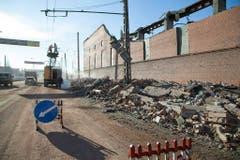 Angestellte der Stadt reparieren eine defekte Stromleitung neben einer Zinkfabrik. 600 Quadratmeter des Fabrikdachs wurden durch die Druckwelle weggefegt. (Bild: Keystone)