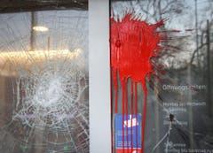 Die Fenster einer Bankfiliale wurden eingeschlagen und mit Farbe verschmiert. (Bild: Keystone)