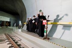 Der Tunnel wird von Pastorin Simona Rauch (von links), Imam Bekim Alimi, Rabbiner Marcel Yair Ebe, Peiter Zeilstra eingeweiht. Der Pfarrer Martin Werlen segnet den Tunnel mit Wasser am Ende des Zugangstollen in Amsteg. (Bild: Keystone)