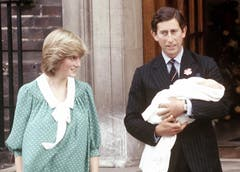 Prinzessin Diana und Prinz Charles verlassen mit ihrem neugebornen Sohn Prinz William das St.-Mary's-Hospital in Paddington. (Bild: John Redman/AP (London, 22. Juni 1982))