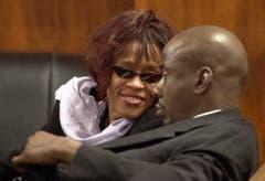 Whitney Houston begleitet Ehemann Bobby Brown 2002 zu einer Anhörung vor Gericht wegen dessen Drogenvergehen. 1992 heirateten die beiden - und sorgten mit Gewalt- und Drogeneskapaden immer wieder für Schlagzeilen. (Bild: Keystone)