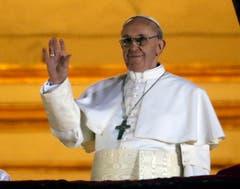 Papst Franziskus winkt der Menge auf dem Petersplatz zu. (Bild: Keystone)