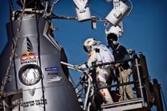 Da sah noch alles gut aus: Felix Baumgartner steigt in die Kapsel, mit der er 36 Kilometer in die Höhe gebracht werden soll. (Bild: Keystone)