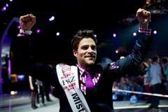 In Siegerpose: Luca Ruch geniesst seinen Coup in vollen Zügen. (Bild: Keystone)