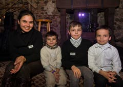 Von links nach rechts: Sarah Pirijok mit ihren Kindern Hiob, Moses, Isaak. (Bild: Andrea Stalder)