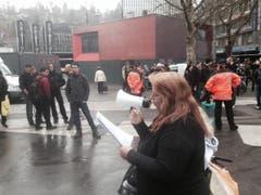 Die Rechten lesen ihre Rede ab - trotz Störung durch die Linken. (Bild: Ralph Ribi)