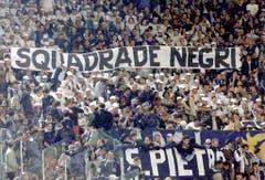 """""""Negermannschaft"""": Fans von Lazio Rom beschimpfen im Frühling 2001 das Team der AS Roma. (Bild: Keystone)"""