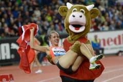 """Maskottchen """"Cooly"""" tröstet die Toggenburgerin Selina Büchel nach ihrem enttäuschenden Lauf. (Bild: Keystone)"""