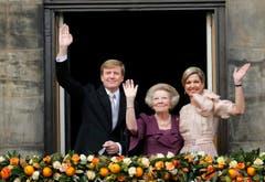 König Willem-Alexander, Königin Maxima und Prinzessin Beatrix auf dem Balkon des Königspalastes. (Bild: Keystone)