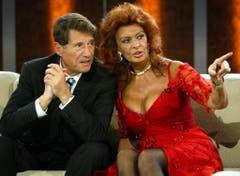 """Bis auf zehn Tage gleich alt: Sophia Loren - hier zusammen mit Udo Jürgens bei """"Wetten dass..."""" am 2. Oktober 2004 - feiert am 20. September ihren 80. Geburtstag. (Bild: Keystone)"""
