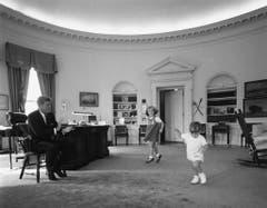 Kennedy mit seinem Sohn John und Tochter Caroline im Oval Office am 10. Oktober 1962. (Bild: Keystone)