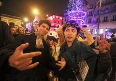 Menschen feiern den Beginn des neuen Jahres in Paris. (Bild: Keystone)