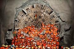 Am 23. März 2011 gab es bereits etwas zu feiern: Die Mineure nach dem zweiten Hauptdurchschlag im Gotthardbasistunnel in Sedrun. (Bild: Keystone)