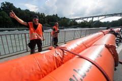 In Bern montieren Feuerwehrleute mobile Hochwasserschutzdämme am Aare-Ufer. (Bild: Keystone)
