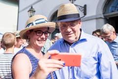 Eine Frau macht ein Selfie mit Bundesrat Johann Schneider-Ammann. Der Bundesrat verkniff sich modische Extravaganzen. (Bild: Keystone)