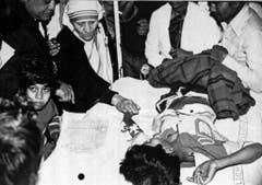 Mutter Teresa besucht in einem provisorischen Spital Opfer des Chemieunglücks. (Bild: Keystone)
