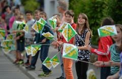 Die Schülerinnen und Schüler schwenkten Thurgauer Fähnchen. (Bild: Reto Martin)