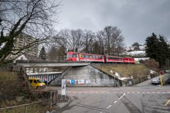 Die Eisenbahnbrücke über die Oberstrasse. Sie wird am 11. April abgebrochen und danach bis im Sommer neu gebaut. (Bild: Michel Canonica - 4. März 2015)