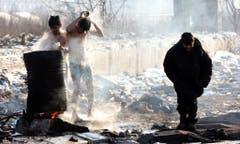 Seit die Balkanroute geschlossen ist, stranden viele Flüchtlinge in Serbien. In der Hauptstadt Belgrad hausen Tausende in Baracken ohne Strom und fliessendes Wasser, sind krank und verzweifelt, wie ein Foto im Februar zeigt. Die serbische Regierung weiss von den Missständen, unternehmen tut sie jedoch kaum etwas. (Bild: KOCA SULEJMANOVIC (EPA))