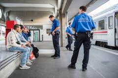 Am Bahnhof in Buchs werden FlŸchtlinge erwartet (Bild: Urs Bucher)